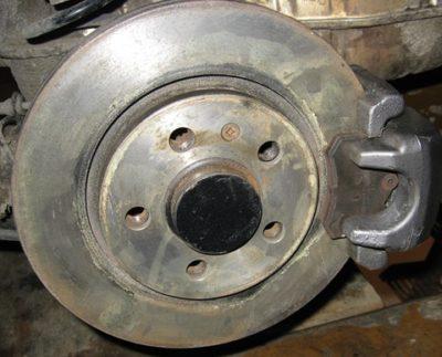 стук при торможении в заднем колесе