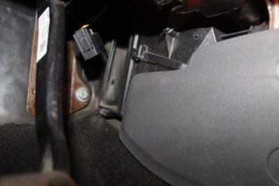 где находится салонный фильтр форд фокус 2
