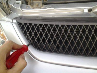 как снять решетку радиатора на рено дастер