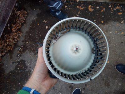 как снять вентилятор печки на приоре