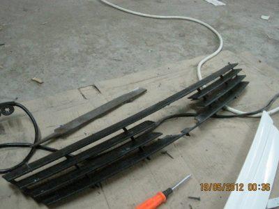 как снять решетку радиатора приора