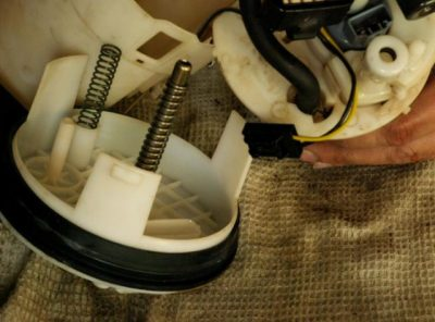 где находится топливный фильтр рено логан