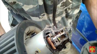 снять аккумулятор рено логан