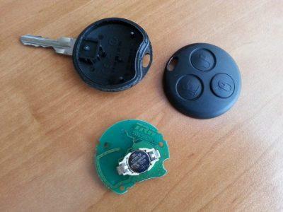 как поменять батарейку в ключе форд